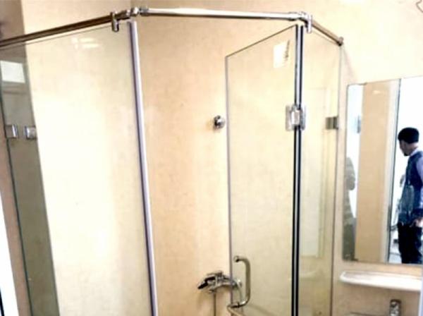 Vách tắm kính 135 độ